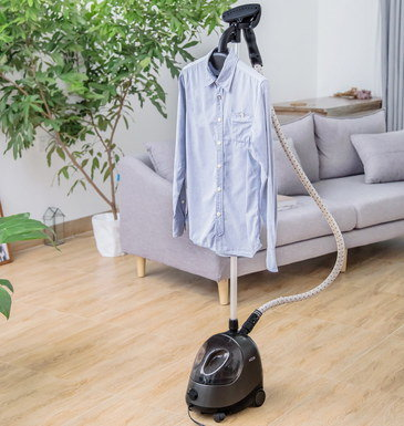 Retracting Portable Garment Steamer In Black And Green