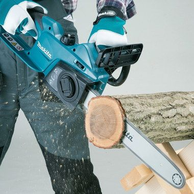 240V Small Electric Chain Saw Cutting Big Log